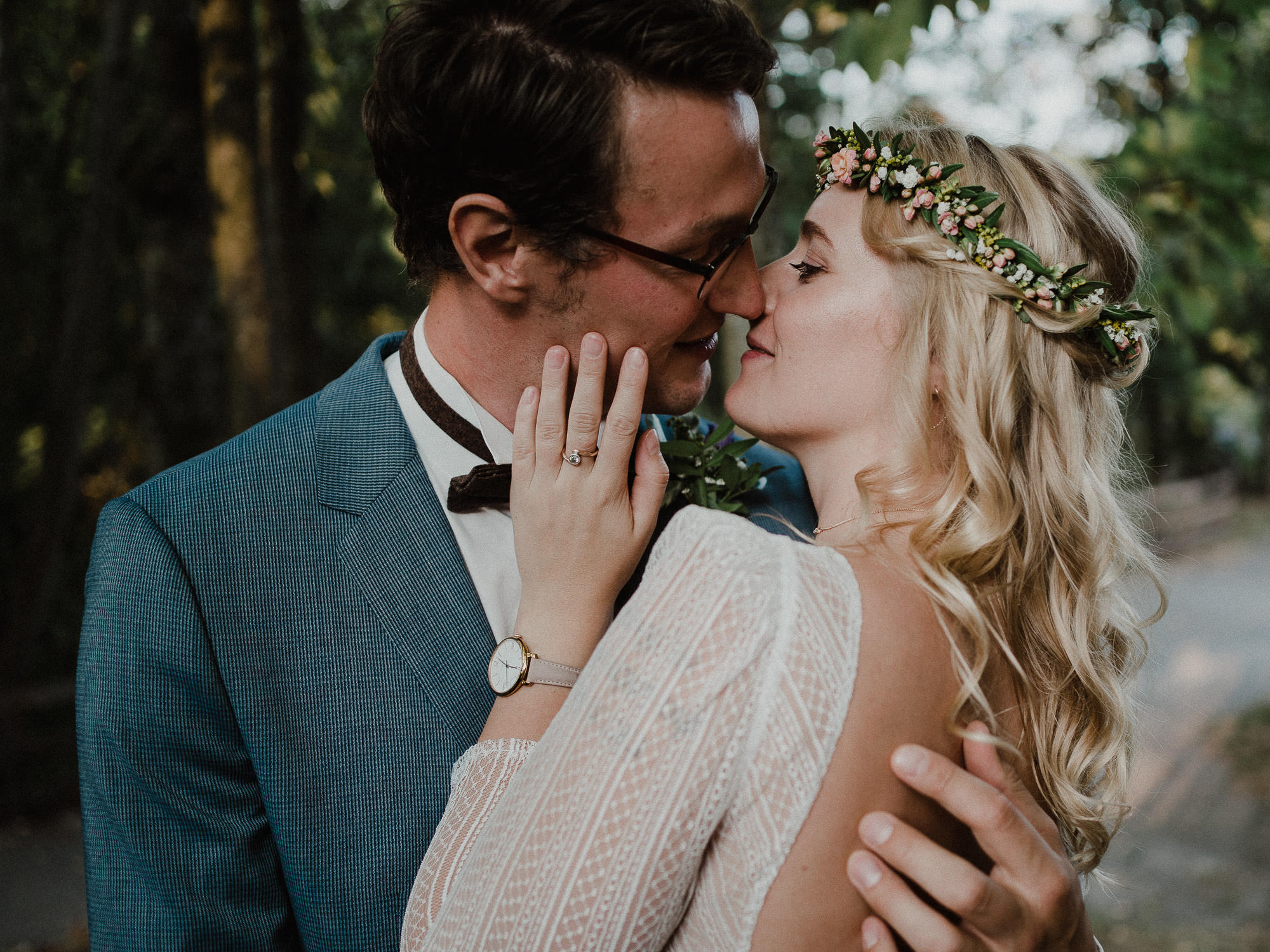 Portrait des Brautpaares in Farbe. Fotografiert von Hochzeitsfotograf Axel Link. Kuss des Brautpaares