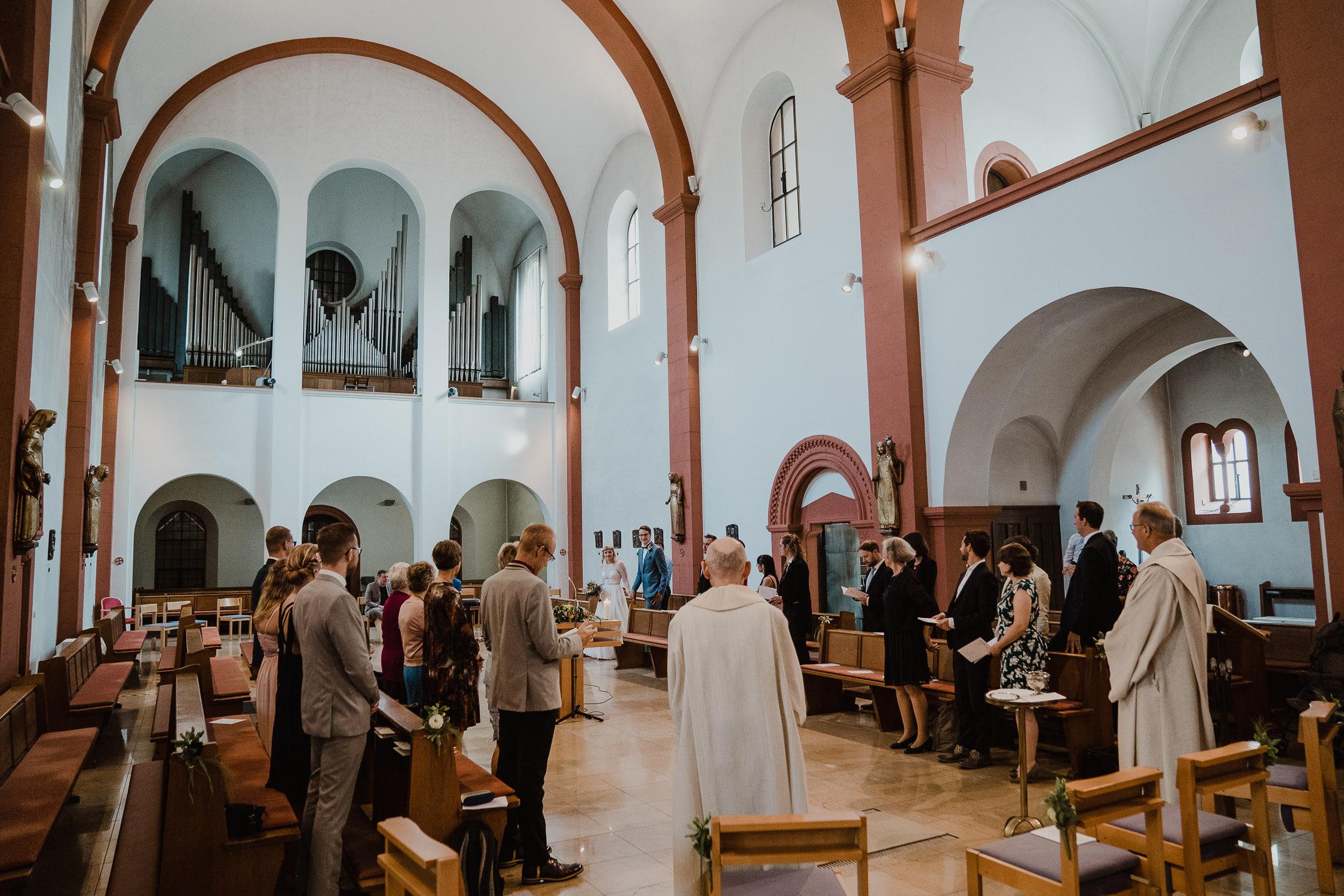 In der Mutterhauskirche Wuerzburg. Einzug des Brautpaares. Fotografiert von Hochzeitsfotograf Axel Link