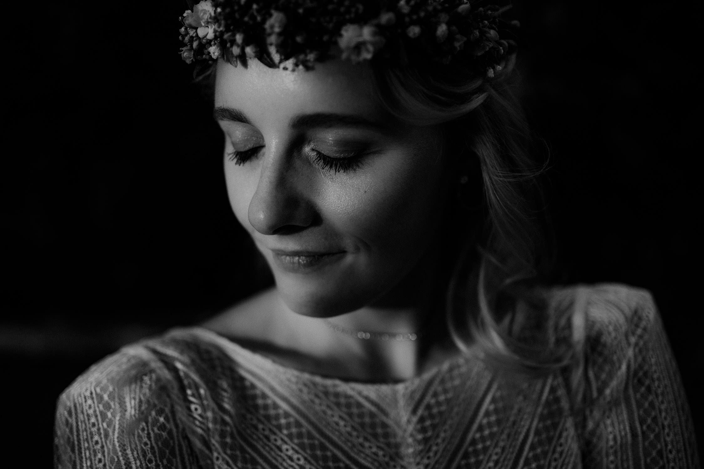 Portrait der Braut mit geschlossenen Augen in Schwarz Weiß. Fotografiert von Hochzeitsfotograf Axel Link