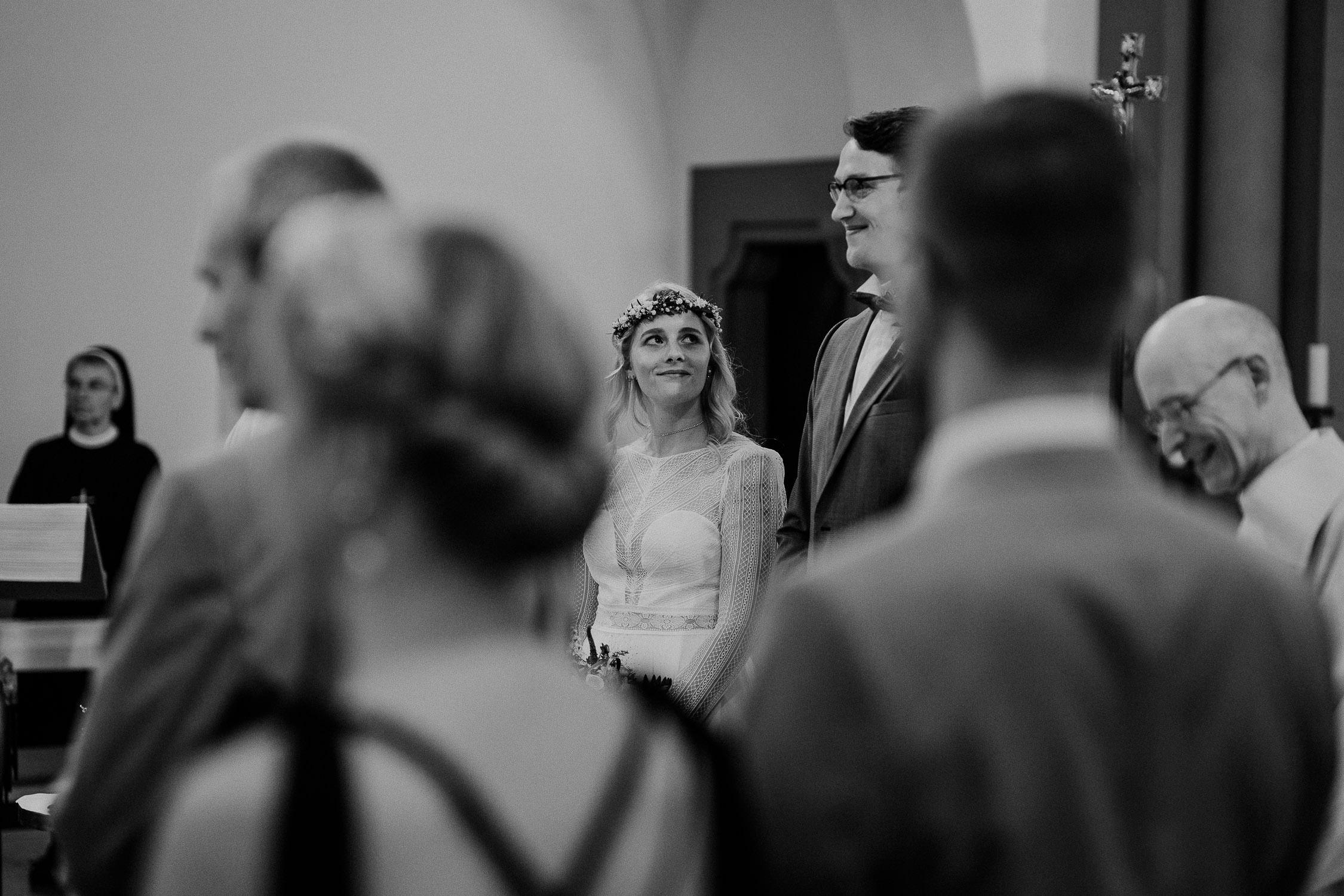 In der Mutterhauskirche Wuerzburg. Das Brautpaar während der Trauung. Fotografiert von Hochzeitsfotograf Axel Link