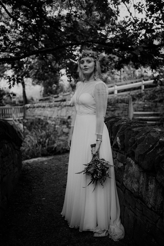 Portrait des Brautpaares in Schwarz Weiß. Fotografiert von Hochzeitsfotograf Axel Link. Die Braut schaut in die Kamera.
