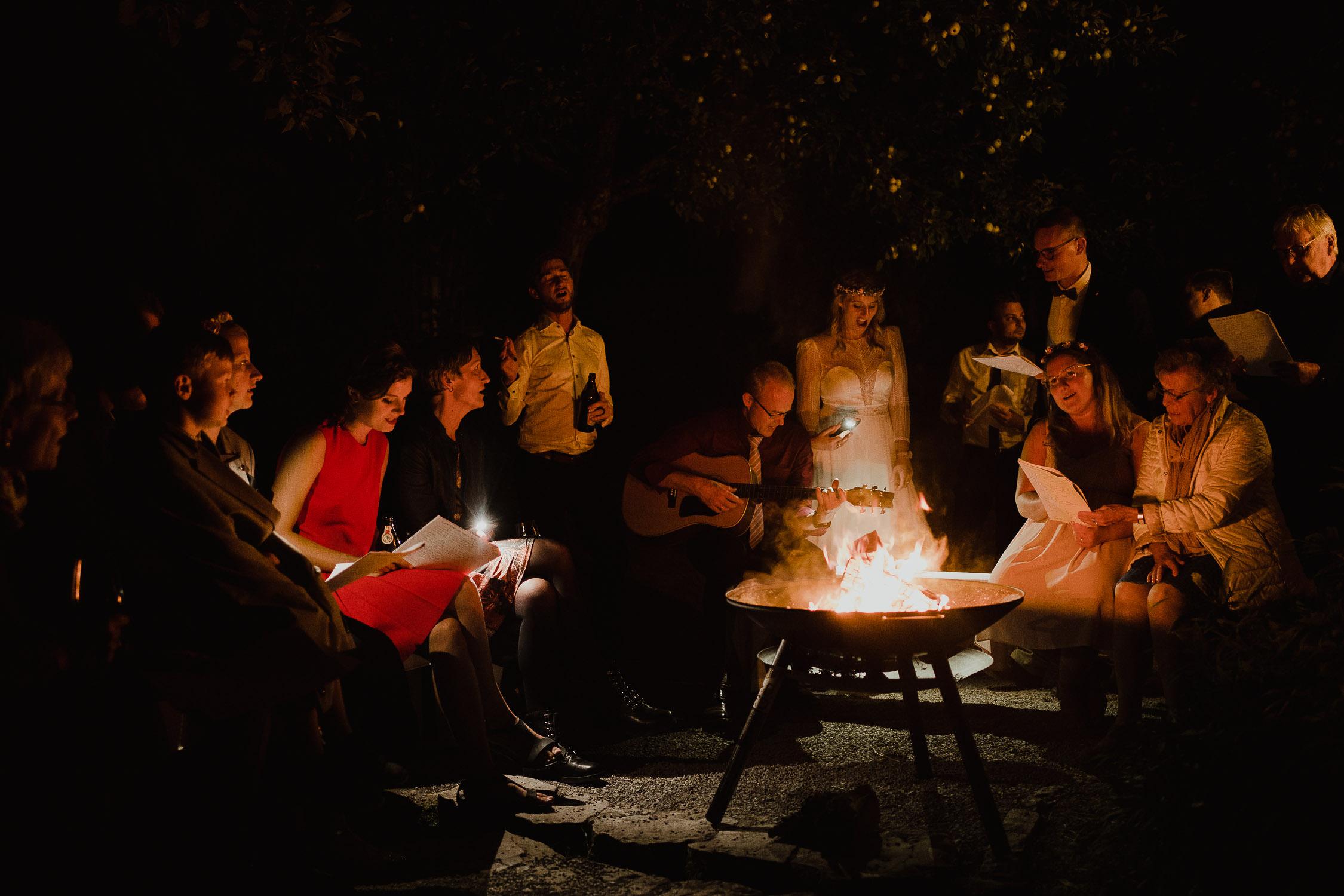 Lagerfeuer am Abend der Hochzeit. Fotografiert von Hochzeitsfotograf Axel Link