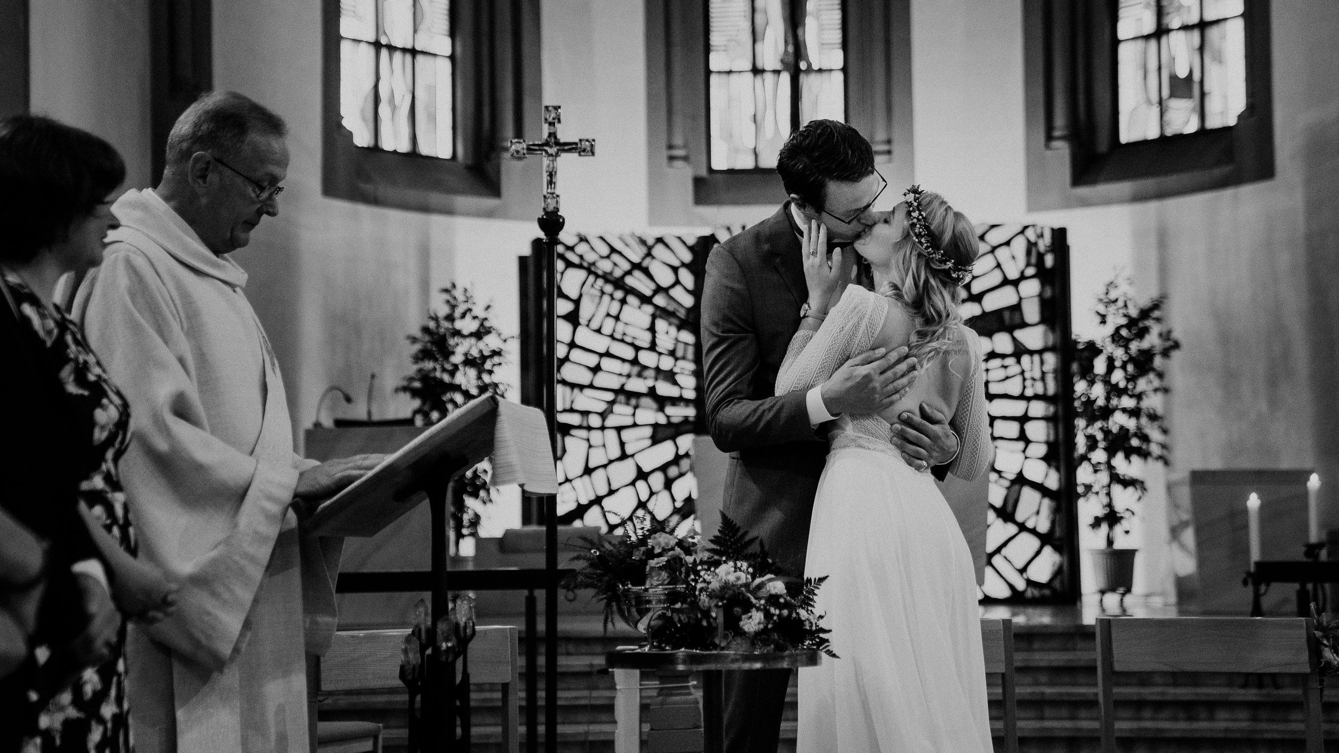 Erster Kuss in der Kirhce während der Trauung. Fotografiert von Hochzeitsfotograf Axel Link