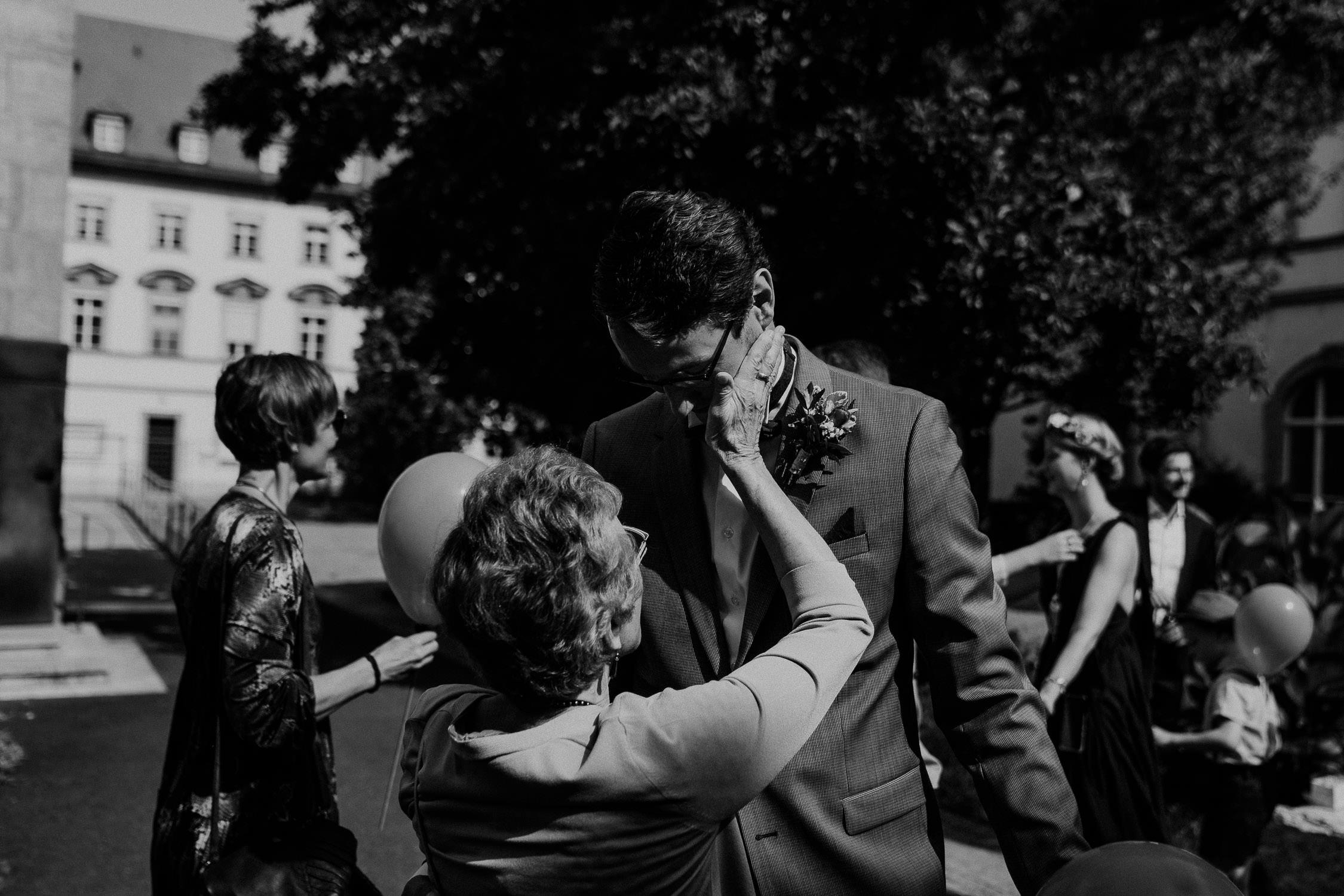 Gratulationen des Brautpaares nach der Hochzeit. Fotografiert von Hochzeitsfotograf Axel Link
