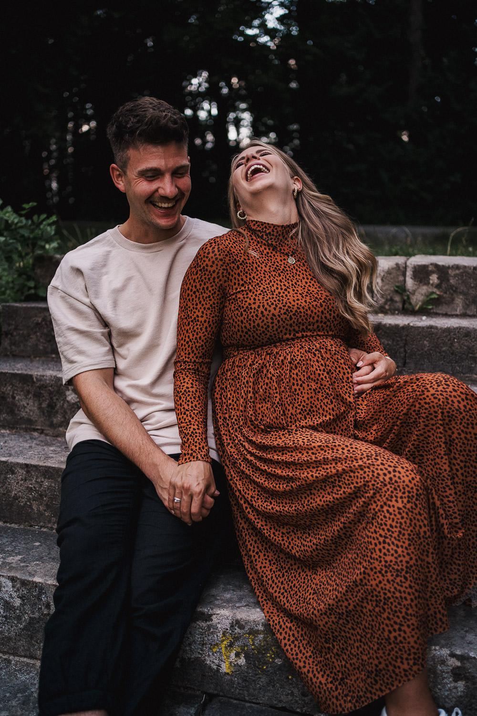 Lachendes Paar während Fotoshooting. Foto vom Hochzeitsfotogarf Axel Link aus Würzburg